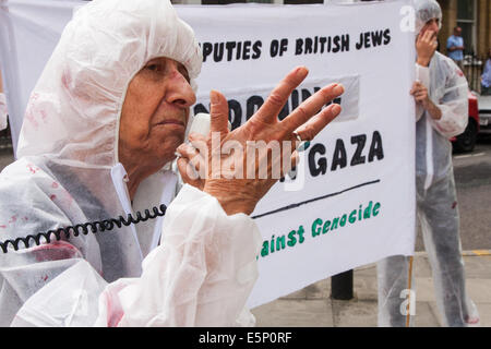London, UK. 4th Aug, 2014. A woman from British Jews Against Genocide accuses the media of a pro-Israel bias during - Stock Photo