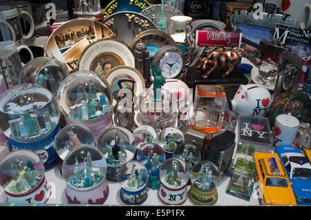 SOUVENIRS GIFT SHOP WINDOW MANHATTAN NEW YORK CITY USA Stock Photo ...