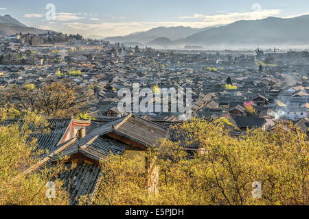 A view over the Old Town area of Lijiang (Dayan), UNESCO Site, and its roofs on a clear morning, Lijiang, Yunnan, - Stock Photo