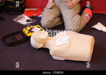 First aid training courses given by the Red Cross (Croix Rouge ) Paris, France Here, trainer showing semi-automatic - Stock Photo