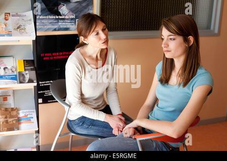Adolescente dans un centre de planning familial, Teenage girl at a family planning center. - Stock Photo