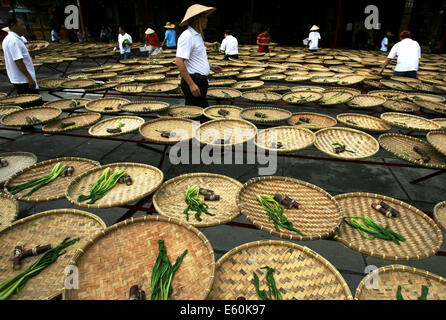 Medan, Indonesia. 10th Aug, 2014. Chinese Indonesians prepare food to honor their ancestors during the Hungry Ghost - Stock Photo