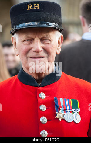 Cheslea Pensioner from the Royal Hospital London England UK in red uniform with medals. JMH6361 - Stock Photo