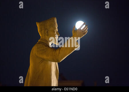 Thessaloniki, Greece. 10th Aug, 2014. The supermoon is seen as it rises behind the Statue of Eleftherios Venizelos - Stock Photo