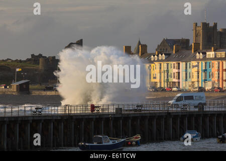 Aberystwyth, Wales, UK. 11th Aug, 2014. A big tide at dusk together with waves stirred-up by the tail-end of ex - Stock Photo