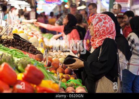 Woman purchasing fresh produce at Pike Place Market - Seattle, King County, Washington, USA - Stock Photo