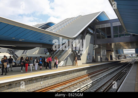 Reading railway station showing the new canopies and transfer bridge opened in 2013. Shows passengers waiting on - Stock Photo