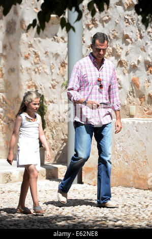 The kings of Spain Felipe and Letizia,  with their daughters Leonor and Sofia, visit Raixa, in Mallorca during holidays - Stock Photo