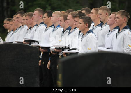 St. Petersburg. 12th Aug, 2014. Soldiers attend a ceremony in memory of soldiers who died in the Kursk submarine - Stock Photo