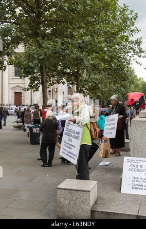London, UK. 13th Aug, 2014. Women describing themselves as 'Women In Black Against Militarism And War' hand out - Stock Photo
