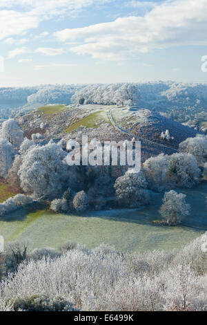 A VIEW GLOUCESTERSHIRE UK ULEY BURY WITH DOWNHAM HILL KNOWN LOCALLY AS SMALLPOX HILL DUE TO ONCE BEING USED AS ISOLATION - Stock Photo