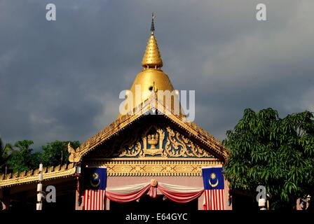 GEORGETOWN, MALAYSIA: The golden stupa and a prayer hall at Thai Wat Buppharam - Stock Photo