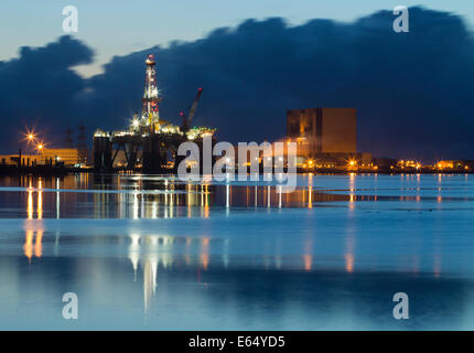Hartlepool, UK. 15th Aug, 2014. Hartlepool Nuclear Power Station and drillling platform in repar yard in pre dawn - Stock Photo