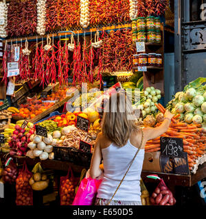 Fruit and vegetable stall, Great Market Hall or Central Market Hall, Központi Vasarcsarnok, Budapest, Hungary - Stock Photo