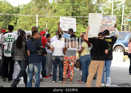 Ferguson, Mo., US. 15th Aug, 2014. Protesters at the Site of destroyed Quick Trip react to Police Chief Thomas Jackson release of the name of the officer that shot Michael Brown. Credit:  Gino's Premium Images/Alamy Live News