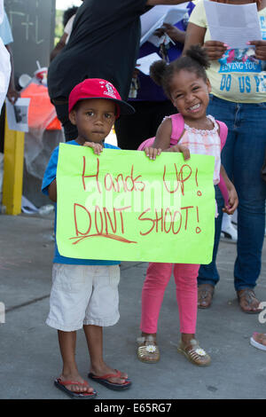 Ferguson, Mo., US. 15th Aug, 2014. Children at the Site of destroyed Quick Trip Hold sign after Police Chief Thomas Jackson release of the name of the officer that shot Michael Brown. Credit:  Gino's Premium Images/Alamy Live News
