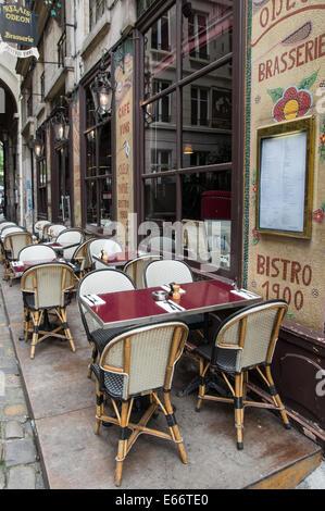 Outdoor cafe restaurant le saint jean in paris france for Restaurant miroir montmartre