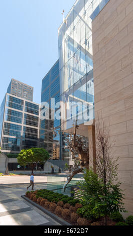 Shangri-La Hotel and Condominiums, Downtown Toronto ,University avenue and statue 'Rising' by artist Zhang Huan's - Stock Photo
