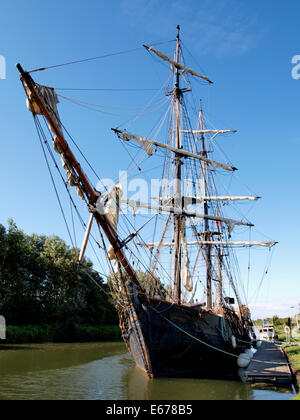 Tall ship Wonder on the Gloucester and Sharpness Canal, Heading for the Gloucester Docks to film Alice in Wonderland - Stock Photo