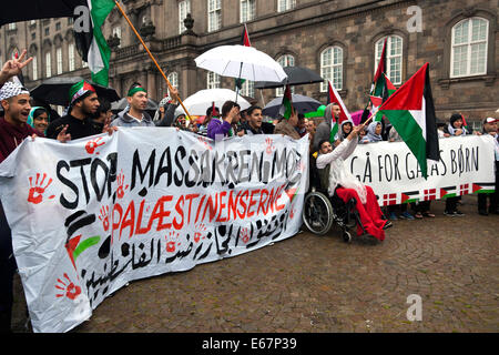 Copenhagen, Denmark. 17th August, 2014. Despite of pouring rain hundreds of Copenhagener gather in a peace match - Stock Photo