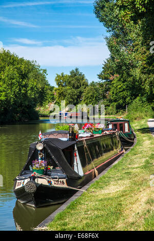 Narrowboats moored along the Kennet and Avon Canal at Devizes Wharf in Wiltshire. - Stock Photo