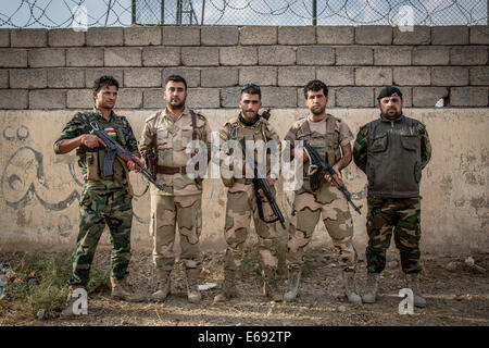 Makhmour, Northern Iraq. 18th Aug, 2014. Peshmerga soldiers pose for a group portrait at the DPK Peshmerga base. - Stock Photo