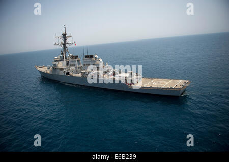 The guided missile destroyer USS Arleigh Burke (DDG 51) transits the Persian Gulf Aug. 2, 2014. The Arleigh Burke - Stock Photo