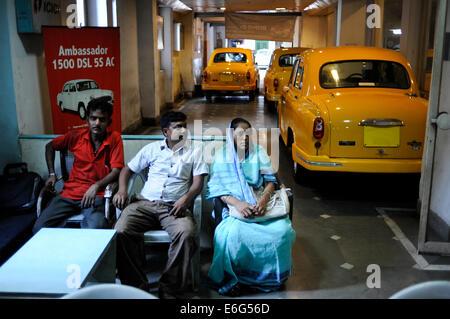INDIA West Bengal, Kolkata, Austin Car Dealer in Nehru Road sells HM Ambassador, the car is based on Oxford Morris - Stock Photo