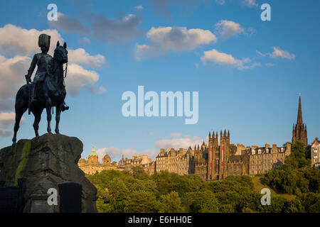 Memorial to Royal Scots Greys, Church of Scotland and Tolbooth Church Towers rise above the buildings of old Edinburgh, - Stock Photo