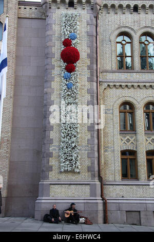 Buskers sitting by the Storting building on Karl Johans Gate in Oslo - Stock Photo