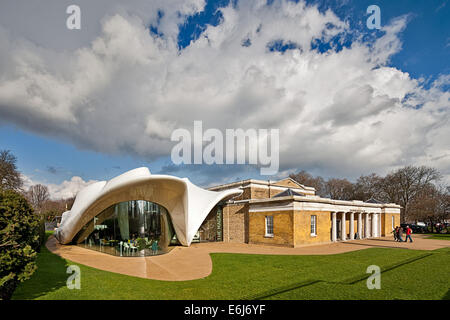 The Serpentine Sackler Magazine Gallery with the restaurant designed by Zaha Hadid - Stock Photo