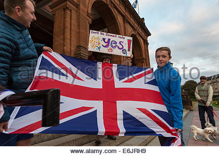 Glasgow, Scotland. 25th Aug, 2014. Pro-union and pro-independence supporters demonstrate in front of Kelvingrove - Stock Photo