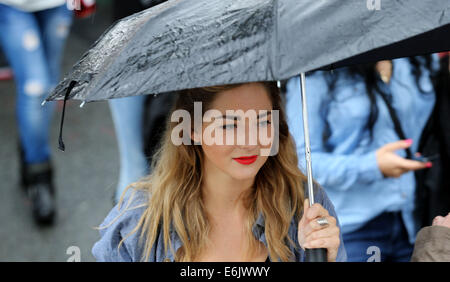 London, Britain. 25th Aug, 2014. A visitor is seen during the Notting Hill Carnival in London, Britain, on Aug. - Stock Photo