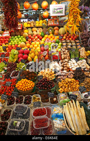Market stall selling exotic fruits, fruit, mushrooms and vegetables, old market halls, Mercat de La Boqueria - Stock Photo