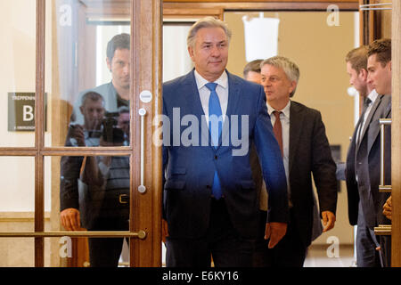 Berlin, Germany. 26th Aug, 2014. Berlin's governing mayor Klaus Wowereit (C, SPD) arrives at a press conference - Stock Photo