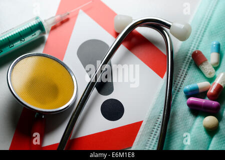 Stethoskop, Spritze, Tabletten und Warnschild, Symbolfoto medizinischer Behandlungsfehler - Stock Photo