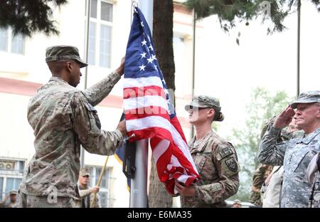 Kabul, Afghanistan. 26th Aug, 2014. U.S soldiers rise the U.S. flag during a change of command ceremony at the ISAF - Stock Photo