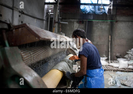 Dhaka, Bangladesh. 26th Aug, 2014. Bangladeshi tannery workers process raw leather inside a factory at the highly - Stock Photo