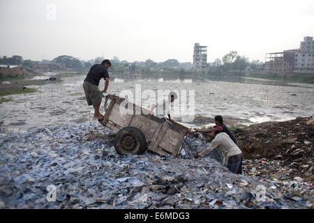 Dhaka, Bangladesh. 26th Aug, 2014. Bangladeshi tannery workers dumps the wastage leather material in open space - Stock Photo