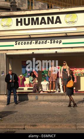 Vor dem Second-Hand-Kaufhaus Humana an der Kantstraße in der City West in Berlin stehen Passanten, nahe dem Bahnhof - Stock Photo