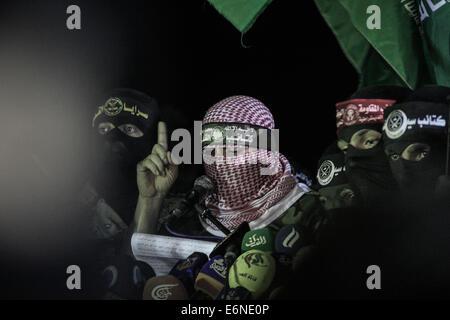 Abu Ubaida speaks in front of Palestinians fighters. Abu Ubaida the spokesman for the Qassam Brigade, unites all - Stock Photo
