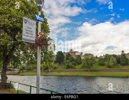 SCOTTISH INDEPENDENCE REFERENDUM 2014 YES SIGN ALONG THE RIVER NESS INVERNESS WITH THE CASTLE OPPOSITE - Stock Photo