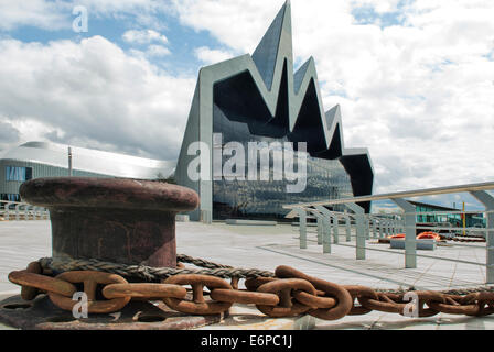 Glasgow Riverside Museum of Transport with Capstan and chain in foreground. - Stock Photo