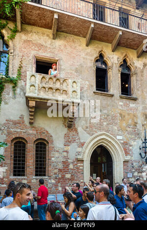 Romeo and Juliet Balcony. Crowds of tourists below the balcony in the Casa di Giulietta (Juliet's House), Via Cappello, - Stock Photo