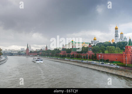 Moscow, Russia. 30th Aug, 2014. Weather: Moscow Kremlin and the river in the rain. The rain cannot stop leisure - Stock Photo