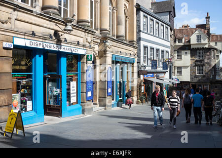 Shoppers and tourists on the Royal Mile with John Knox house in the background. - Stock Photo