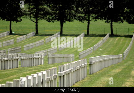 AJAXNETPHOTO. ST.QUENTIN, FRANCE-ROWS OF WHITE STONE CROSSES MARK THE LAST RESTING PLACE OF FRENCH SOLDIERS. PHOTO:JONATHAN - Stock Photo