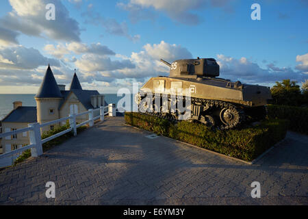 Tank and memorial to French soldiers above Arromanches, Normandy, France. - Stock Photo