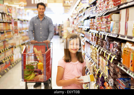 Father and duaghter shopping in supermarket - Stock Photo