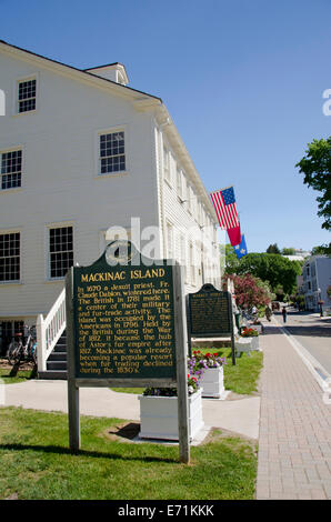 USA, Michigan, Mackinac Island. Historic Market Street with Mackinac Island National Historic Site sign. - Stock Photo
